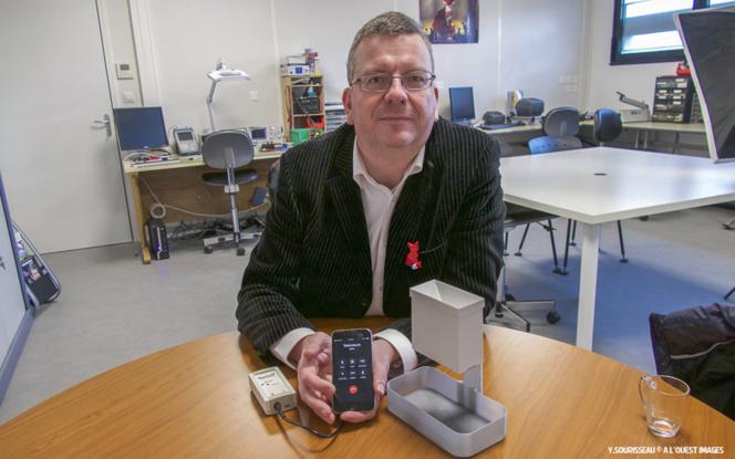 Yannick Dessertenne présentant un pluviometre connecté envoyant des informations sur le smartphone de son entreprise via le logiciel installé sur le Cloud