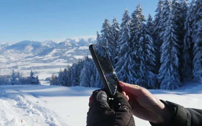 Désormais dans les petits villages pyrénéens, il est possible de se connecter à internet, lors d'une balade en montage (photo Adobe Fotolia)