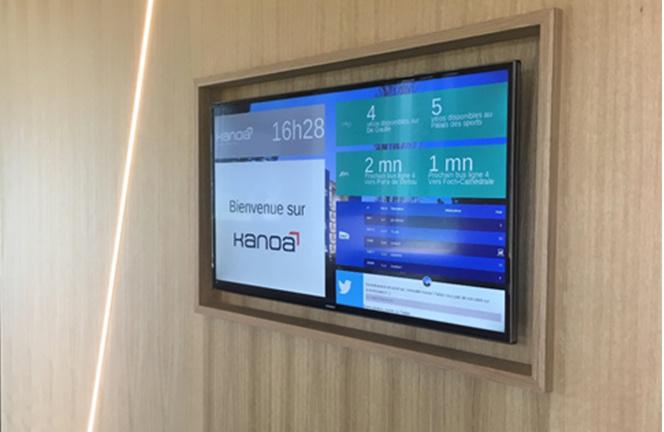 L'écran ScreenandCom installé dans le hall d'un immeuble de bureau