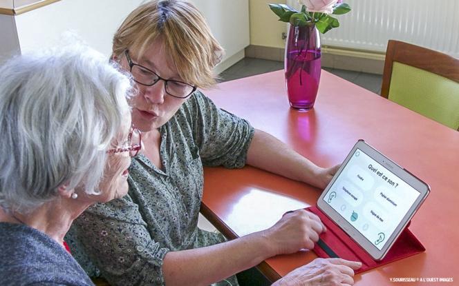 Une personne atteinte de troubles cognitifs s'entrainant sur une tablette numérique