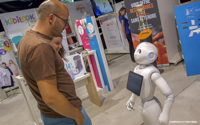 Un salarié du groupe Eram, discutant avec un robot
