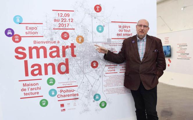 Eric LEGUAY, commissaire de l'exposition, devant la carte interactive de SmartLand