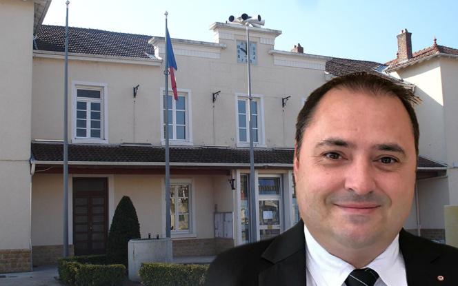 Florian Mercier, devant la mairie de Toussieu