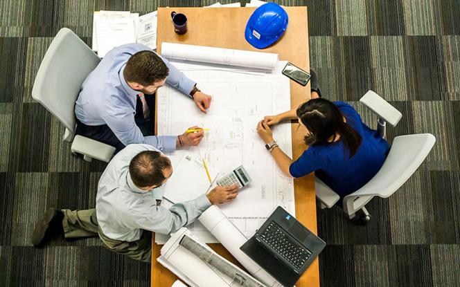 Réunion de travail dans un cabinet d'ingéniérie (photo Pixabay)