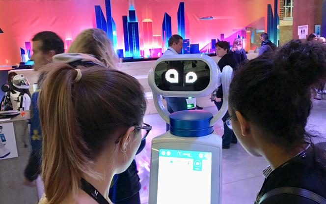 Des robots amusants et toujours prêts à rendre service, à l'entrée de la Ville du Futur