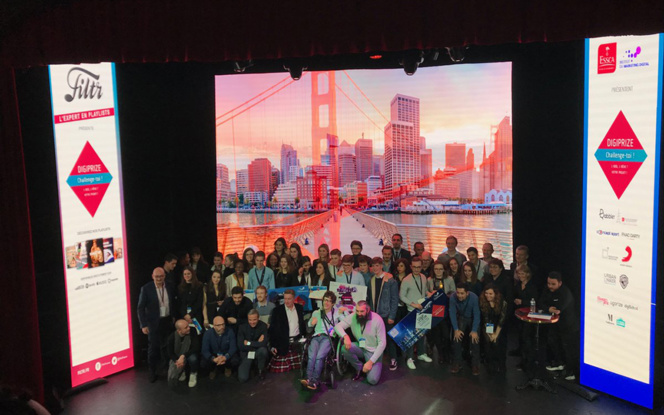 Les lauréats du 5e Digiprize sur la scène du Théâtre de la Tour Eiffel, en compagnie de l'ancien joueur du XV de France Sébastien Chabal, devenu businessman ( Photo Twitter ESCCA)