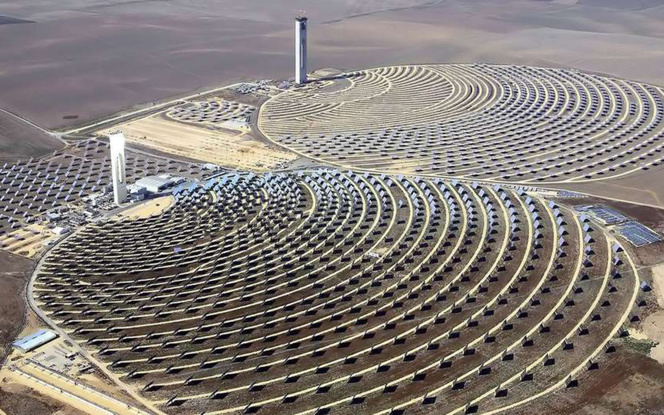 Centrale thermique à tour solaire, en Andalousie (photo © Koza1983)