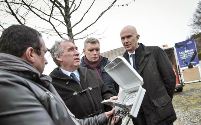 François Bayrou, Maire de Pau et président de la communauté d'agglomération lors de la pose de la fibre (Photo Sud-Ouest)