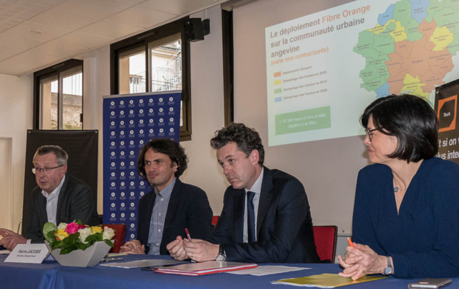 Le point d'étape d'Orange avec de gauche à droite, J. Demois (Ecuillé), P. Jacobs (Orange), C. Béchu, président communauté urbaine et L. Lebott (Orange)