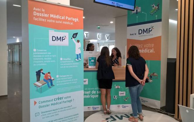 Des assurés sociaux s'informant sur la mise en place du DMP (Photo CPAM 31)