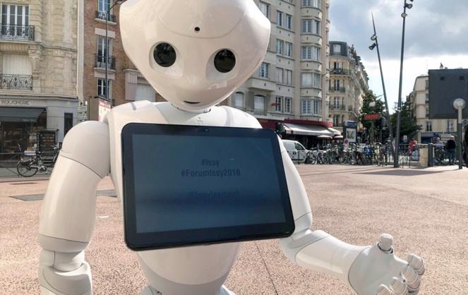 Le robot Pepper dans les rues d'Issy-les-Moulineaux (photo Issy_Presse)