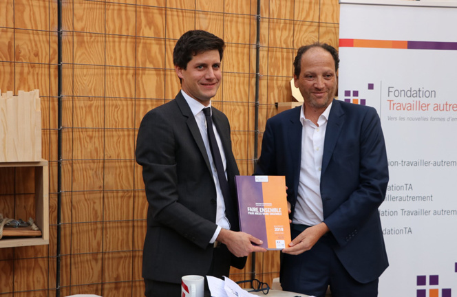 Le Secrétaire d'Etat Julien de Normandie et le President de la Fondation Travailler autrement, Patrick Levy-Waitz, lors de la remise du rapport (Photo CGET)