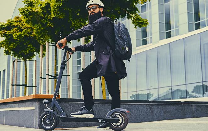 La trottinette électrique prend une place de plus en plus importante sur les trottoirs de nos villes (photo Adobe stock)