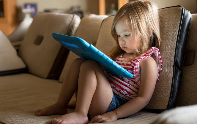 Les bambins passent trop de temps devant les écrans. Un risque pour leur développement (Photo Adobe Stock)