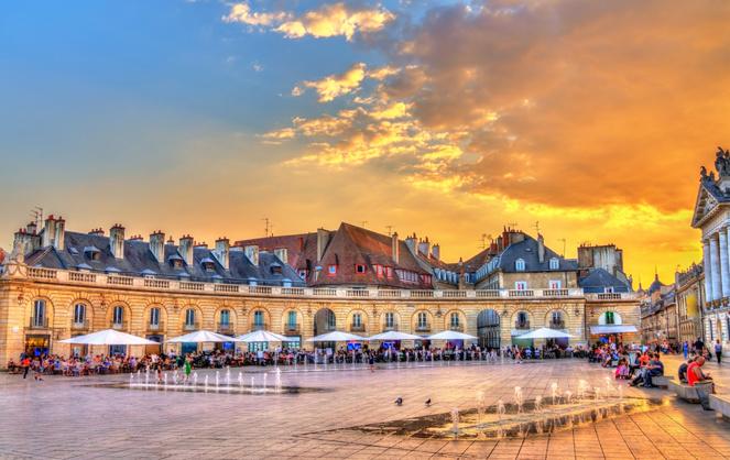 Le centre-ville de Dijon - la place du palais des Ducs de Bourgogne (photo © Leonid Andronov)