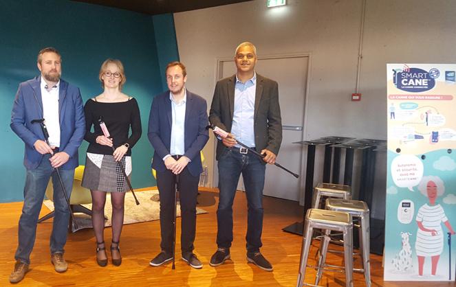 De G. à  D.: Cédric Dauduit et Amandine Fayet (Cannes Fayet®) et Vincent Gauchard et Ismaël Meïte (Nov'In), lors de la présentation de la  Smartcane TM (photo Agence Qui Plus Est)