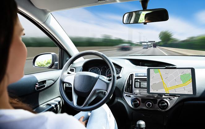 La voiture autonome, sur laquelle le volant n'est plus vraiment utile, est une réalité, encore en test. Mais qu'en est-il au niveau des responsabilités (photo Adobe Stock)