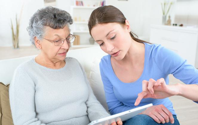 Des seniors pas toujours à l'aise avec les outils technologiques (Photo Adobe Stock)