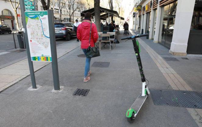 Une trottinette au milieu d'un trottoir à Villeurbanne (photo Ville de Villeurbanne)