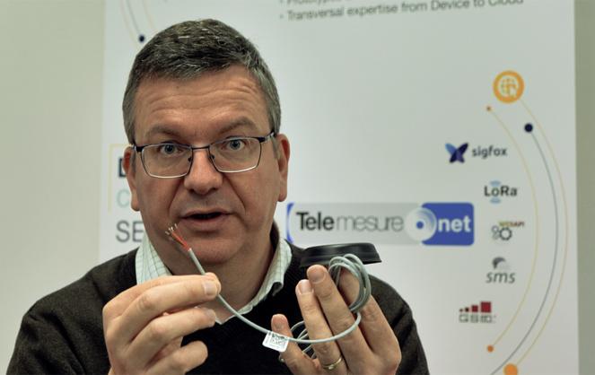 Yannick Dessertenne, le président fondateur de la SNOC, présentant sa dernière innovation : une antenne intelligente