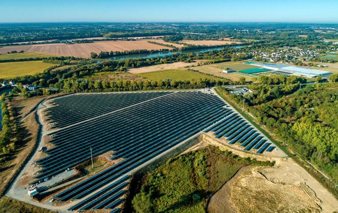 La ferme solaire de la Petite Vicomté coté nord avec vue sur l'Authion, la Loire et les Ponts-de-Cé (photo drone A l'Ouest Images)