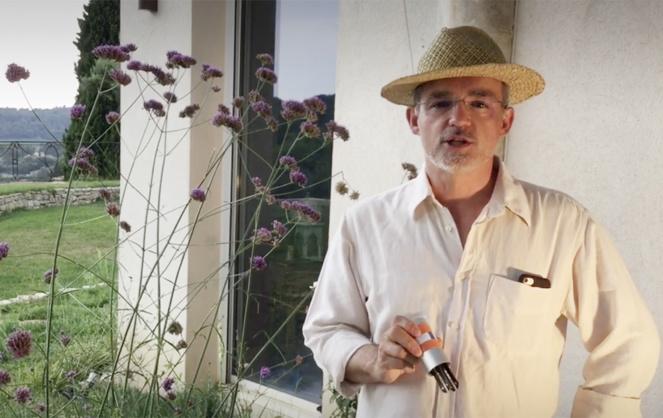 Olivier Ayasse présentant le capteur qui permet d'analyser le sol dans sa région d'Aix en Provence (Photo Connected Garden)