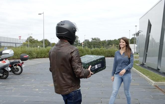 Livraison du paquet réutilisable (photo extraite de la vidéo LivingPackets)