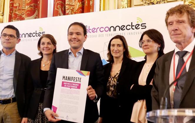 La remise du manifeste à Cedric O lors du Forum des Interconnectés 2020 (source Facebook Constance Nebbula, conseillère municipale chargée du numérique et de l'innovation de la Ville d'Angers, intervenante lors de la pleinière)