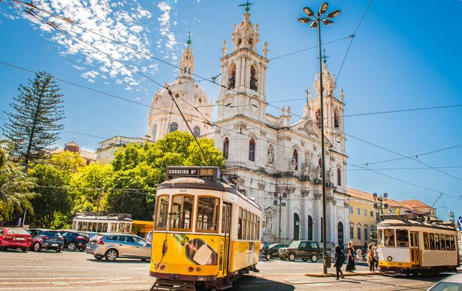 Lisbonne et ses célèbres tramway jaunes créés en 1873 (photo Adobe Stock)