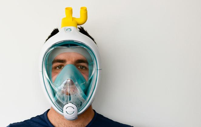 Le masque modifié, présenté par son concepteur (Photo Isinnova)