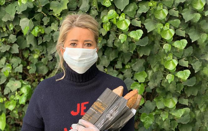 Géraldine Galloyer lors d'une livraison de pain chez des particuliers