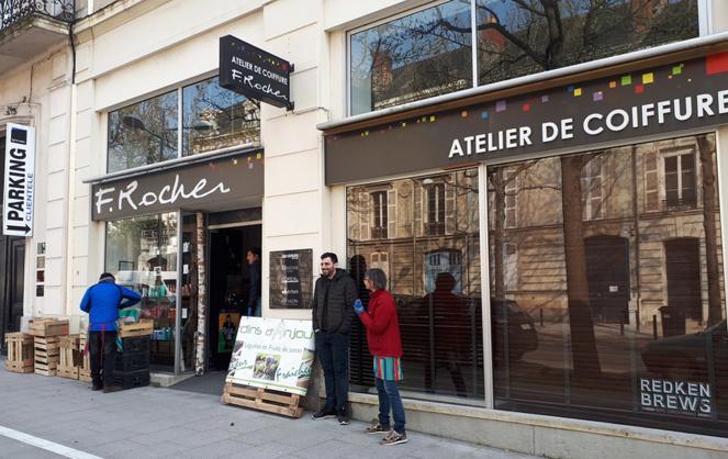 « Adopte ton maraicher » une initiative lancée par la ville d'Angers, inscrite sur la plateforme Riposte Créative Territoriale qui permet aux producteurs locaux qui sont hébergés chez des commerçants du centre-ville, dont l'activité ne fonctionne plus, de compenser la fermeture des marchés. (Photo Valérie Lebourgeois)