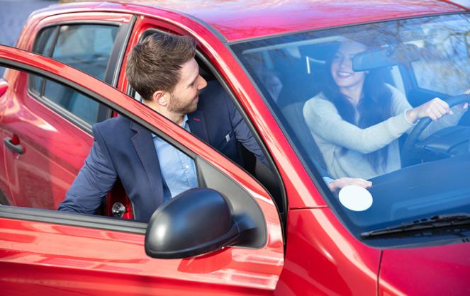 Partager son véhicule est une alternative qui permet de réduire le coût toujours plus lourd de la voiture dans le budget familial (photo Adobe Stock)
