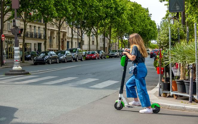 Les trottinettes vertes de l'entreprise californienne Lime vont pouvoir continuer à circuler dans Paris (photo Adobe Stock)