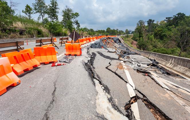 Une chaussée lourdement endommagée suite à un accident climatique (Photo Adobe Stock)