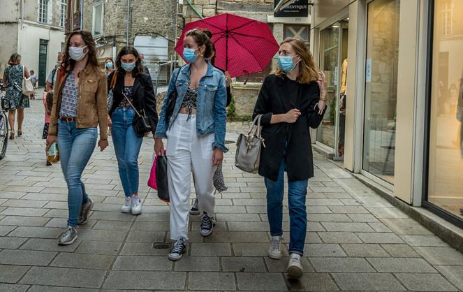 Les français se prie de bon gré aux directives des villes, en portant le masque dans les zones piétonnes fortement chargées. Ici à Vannes (Morbihan). Mais les masques utilisés sont ils suffisamment protecteurs (Photo A l'Ouest Images)