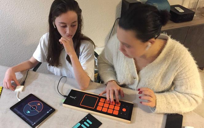 Des collégiens bordelais s'initiant au Joué Play (photo Joué music Instruments)