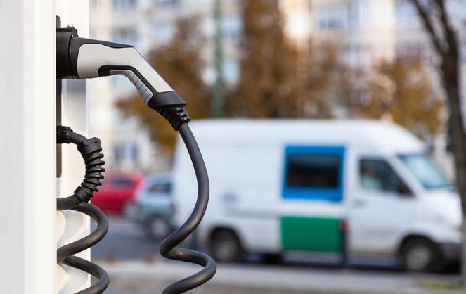 De plus en plus de voitures électriques dans nos villes et sur nos routes, d'où la nécessité de standardiser les installations (photo Adobe Stock)
