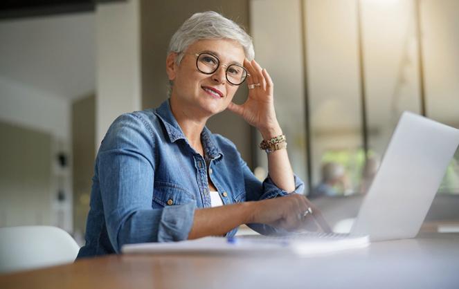 Dans les locaux de l'entreprise ou en télétravail, les seniors restent un atout. Le travail à distance ne doit donc pas un moyen de les évincer (Photo Adobe Stock)