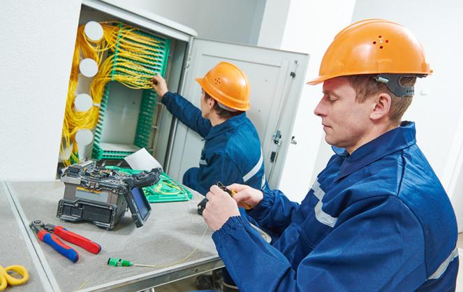 Des techniciens fibres formés trop rapidement et un avancement à marche forcée entrainent des avaries de plus en plus fréquente sur le réseau fibre (photo Adobe Stock)