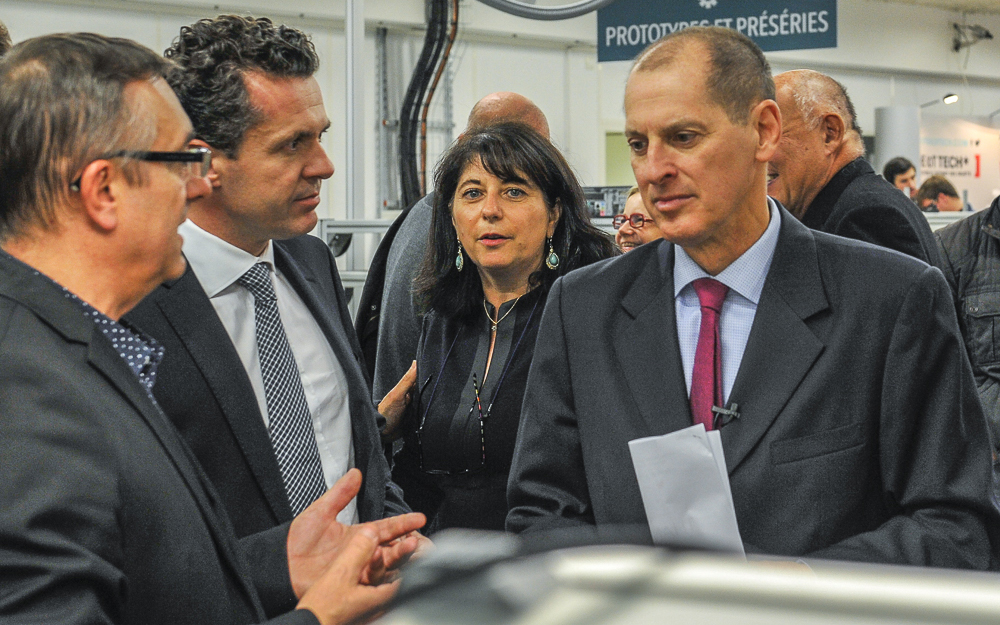 Christophe Béchu et Gary Shapiro, le président de la Consumer Electronics Association (CEA), lors de sa première visite à la Cité de l'Objet Connecté en octobre 2015 (photo Y. Sourisseau)