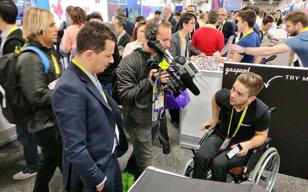 Des jeunes pousses angevines très sollicitées par les médias présents au CES, à l'exemple de Gaspard, le coussin connecté.