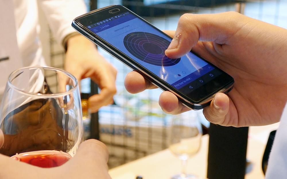 Quelques clics suffisent pour définir le profil sensoriel d'un vin, avec Oenobook