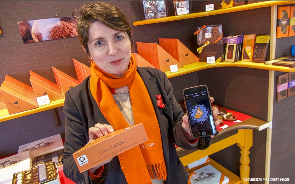 Anne Benoit avec une boite de Caramandes® et l'application DTSL