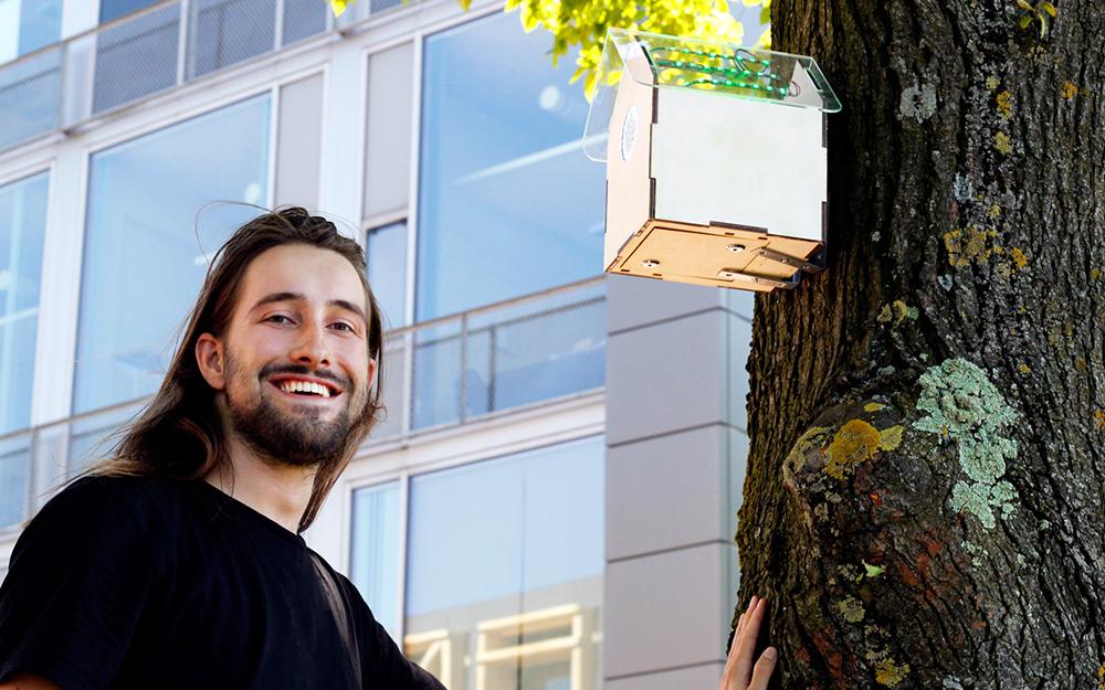 Joris Lam, le concepteur, devant le prototype de la house birds connectée