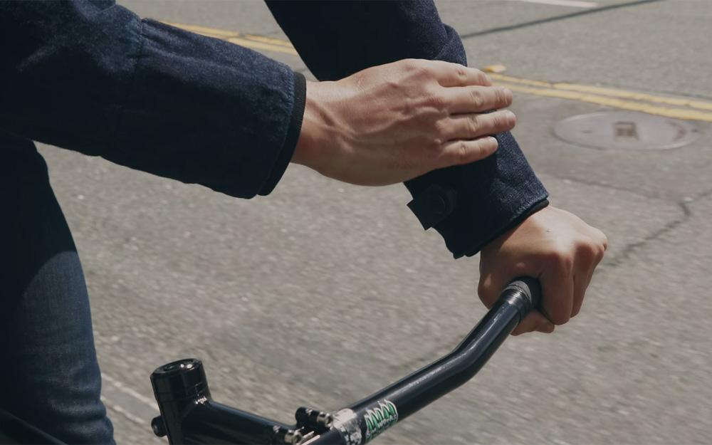 Un petit geste sur la manche pour activer une fonction sur le smartphone connecté.