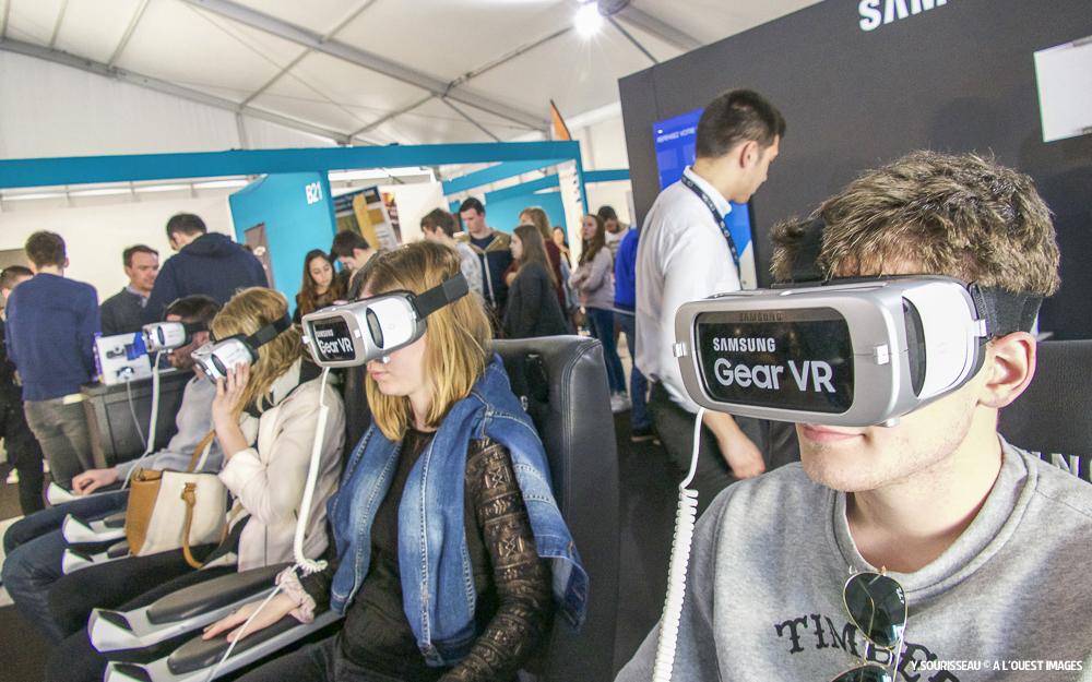 Le stand Samsung était très prisé. Il fallait faire la queue samedi pour essayer le grand huit en réalité virtuelle