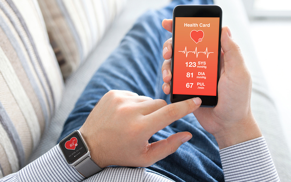 Pour le grand public, la « e-Santé » passe inévitablement par les objets connectés et plus particulièrement par l'internet des objets, c'est-à-dire des systèmes capables d'envoyer des informations par l'intermédiaire d'un téléphone intelligent (smartphone