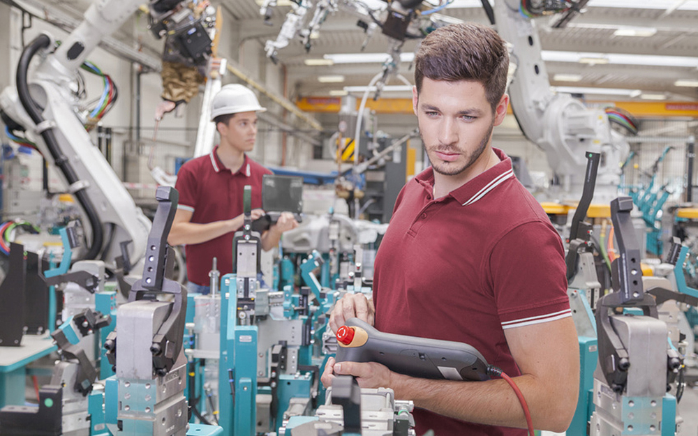 Des robots dans industrie, mais aussi des hommes pour les piloter et les réparer ( photo © Herrndorff )