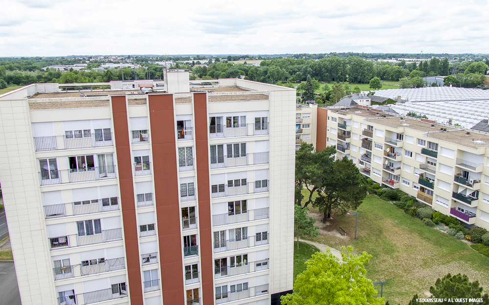 Les terrasses de la résidence du Petit Pouillé, aux Ponts-de-Cé où sont installés les sondes pour les VMC, l'ouverture des trappes de désenfumage et les antennes du réseau Qowisio